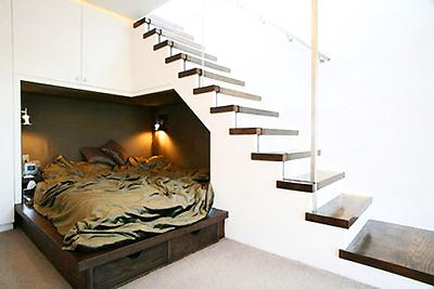Допълнителна спалня за гости под стълбата не е никак стандартно