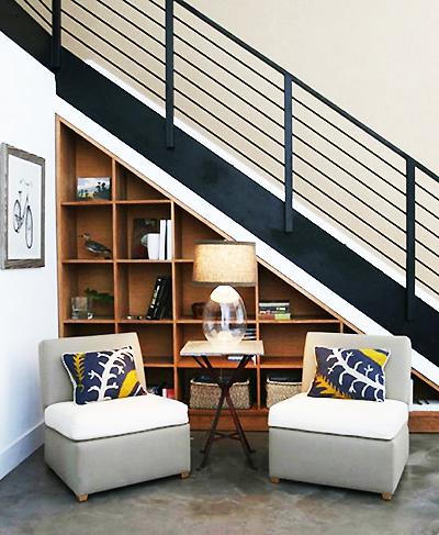 Пространството под стълбата може да се превърне в полезна библиотека.