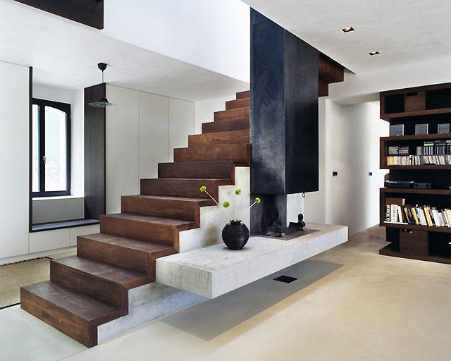 Изцяло завършена интериорна композиция - хармонична връзка на стълбата с камината