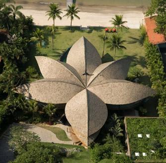 Покривната конструкция на къщата наподобява цвете