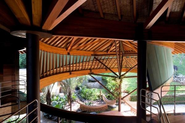 Естествен център на къщата или по-скоро, резиденцията, е възхитителен атриум