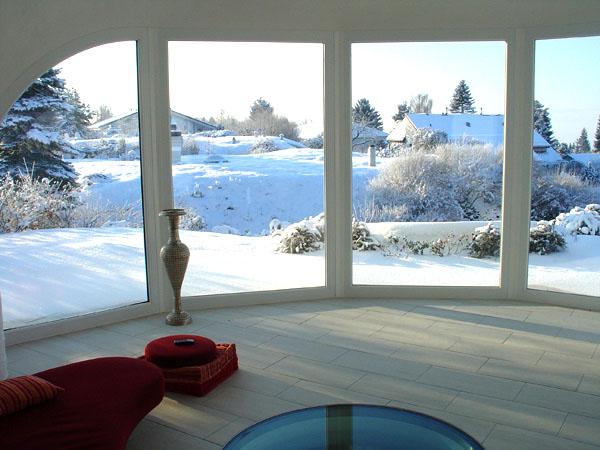 Зимата е прекрасна, когато си в топлата земна къща