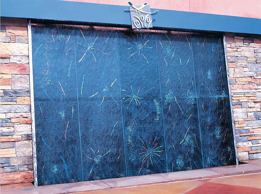 Стъклото подчертава  пластиката и изразителността на композициите